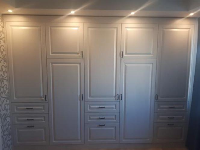 Встроенная стенка из натурального дерева , массив берёзы , цвет белая эмаль , мебель изготовлена по индивидуальному проекту.